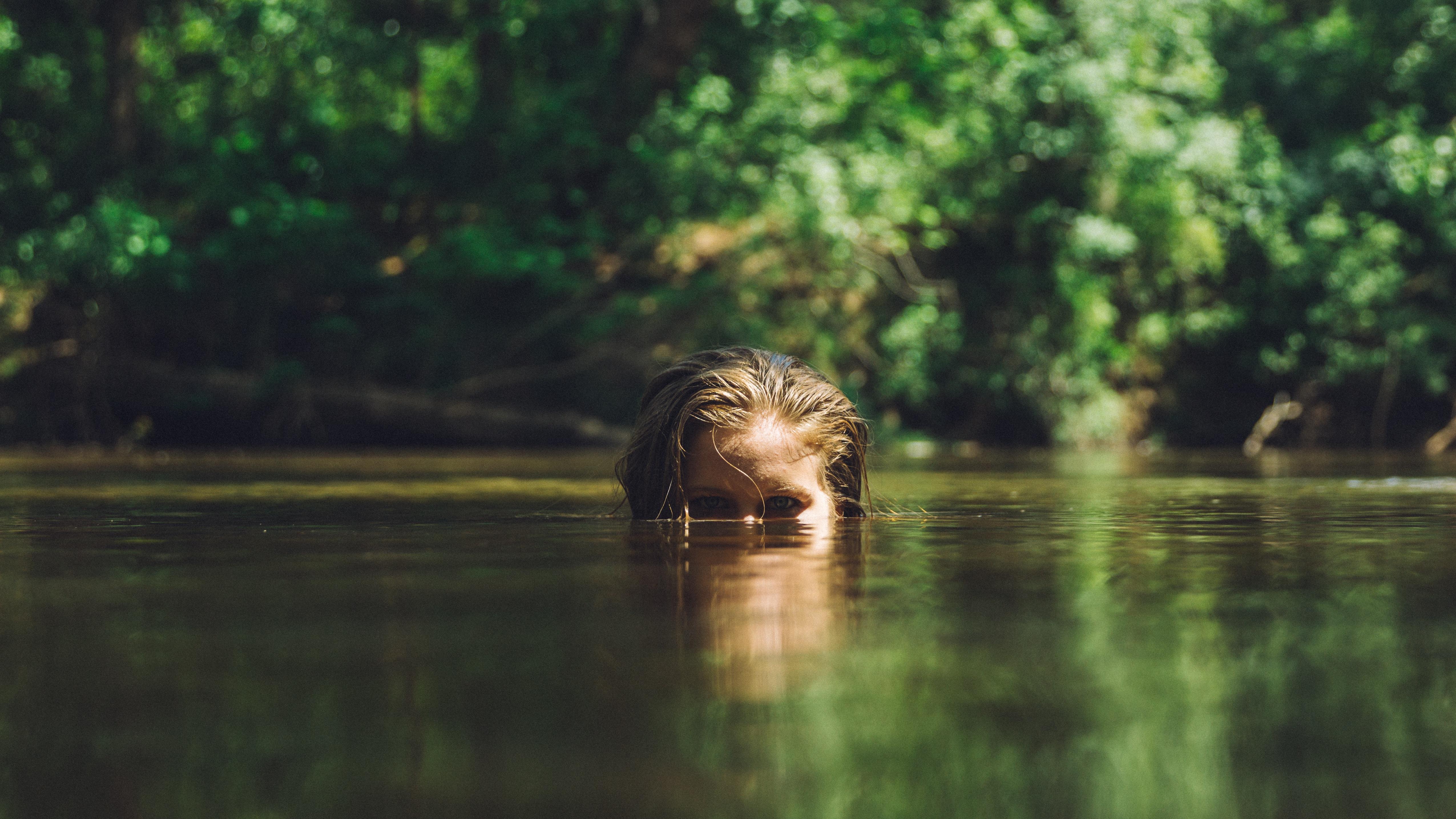 mujer mirando por encima del lago