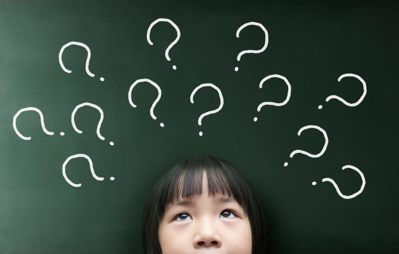 preguntas dibujadas en pizarra sobre niña