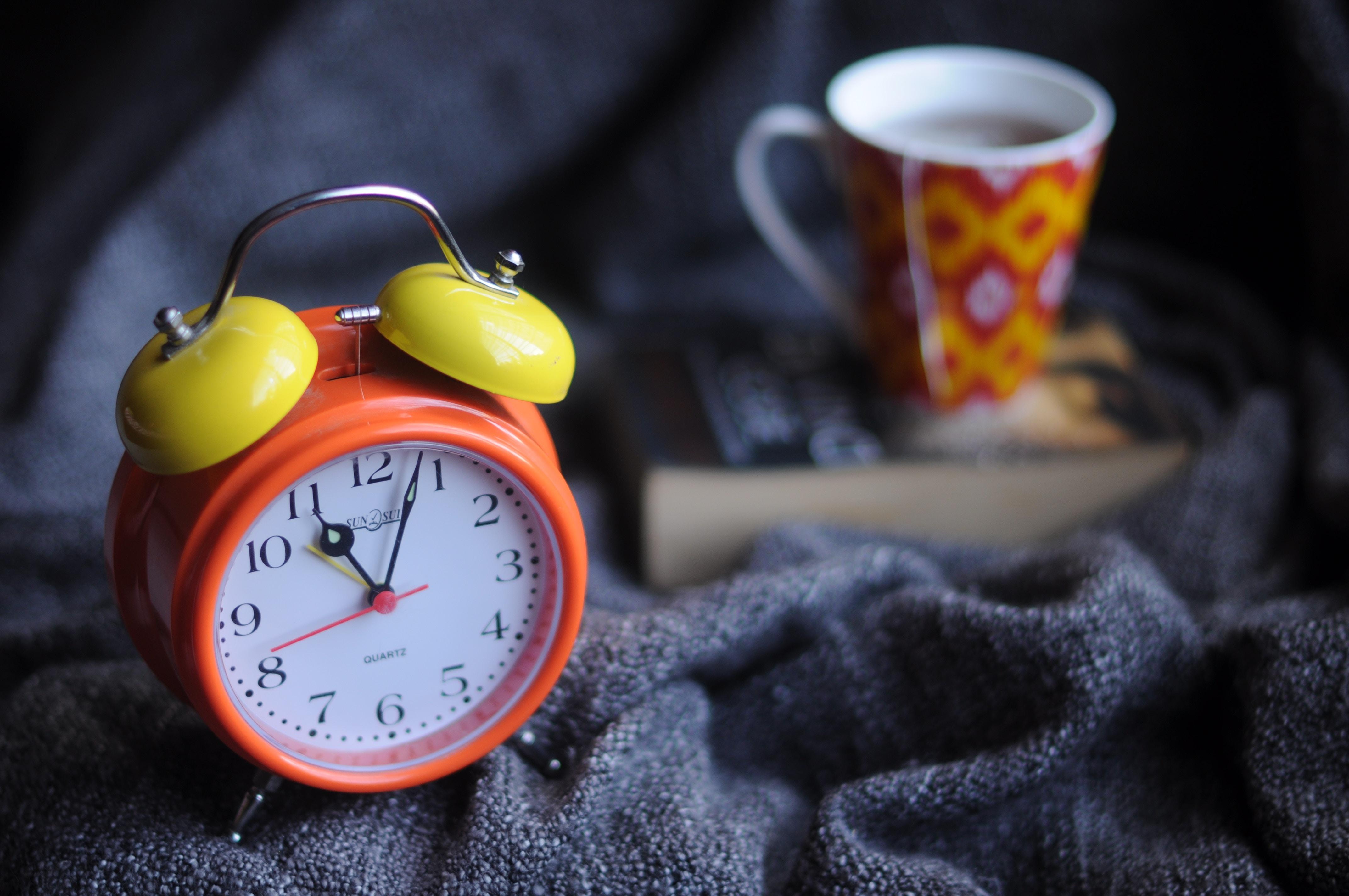 despertador con taza